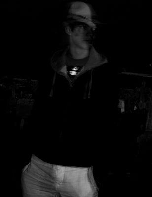 personne de nuit dans un cimetiere