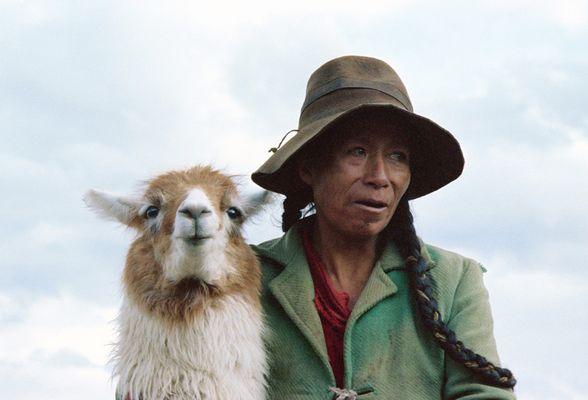 Péruvienne au lama