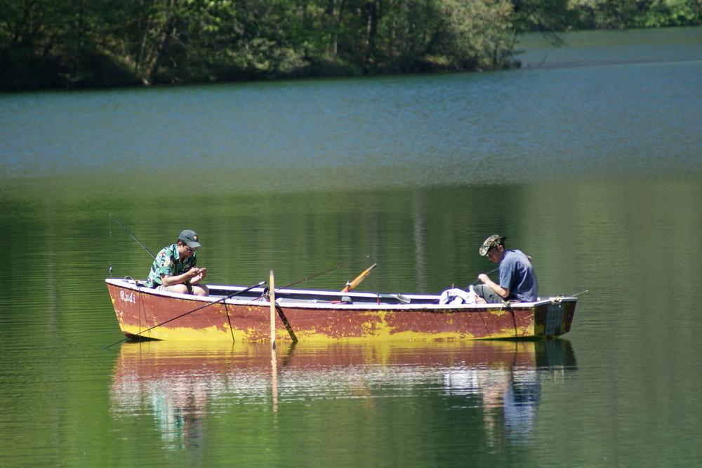 Pesca in barca sul Lago