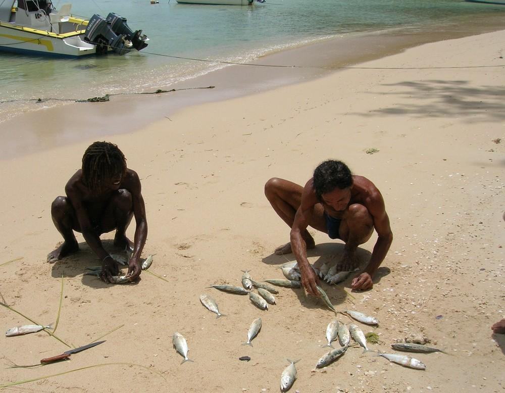 Pescatori preparano le esche per il BIG GAME
