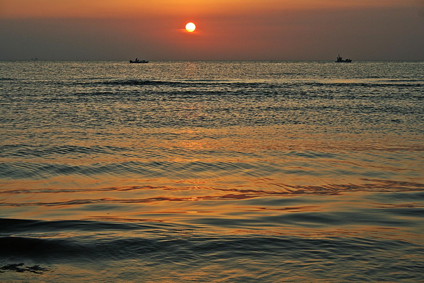 Matrimonio Sulla Spiaggia Emilia Romagna : Pescatori sulla spiaggia di rimini all alba foto