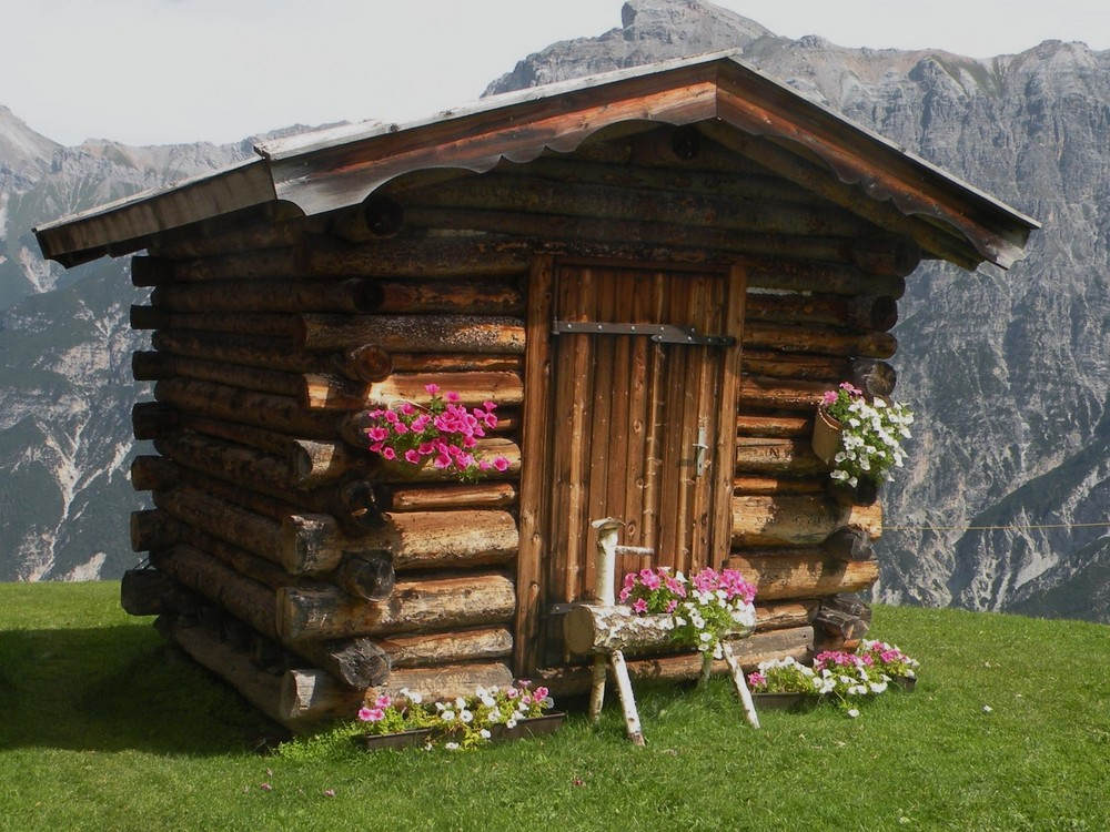 petit chalet de montagne vraiment tout petit photo et image nature paysages de montagne. Black Bedroom Furniture Sets. Home Design Ideas