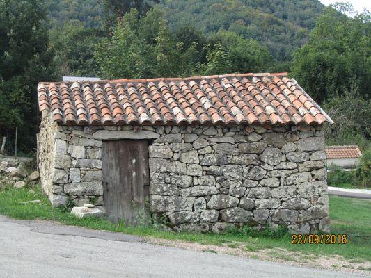 Petite bergerie sur la route de Bastelicaccio en Corse .