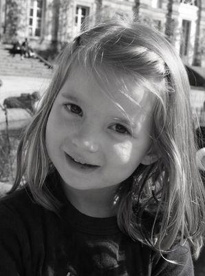 Petite fille dans le Jardin publique