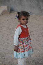 Petite fille dans village égyptien