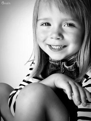 Petite fille souriant à la vie.