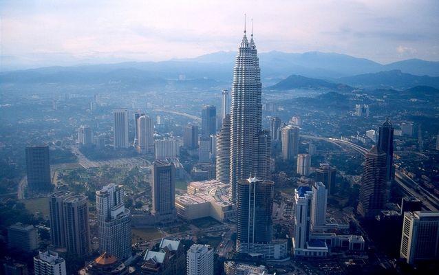 Petronas -Twin -Towers mal von der Seite.