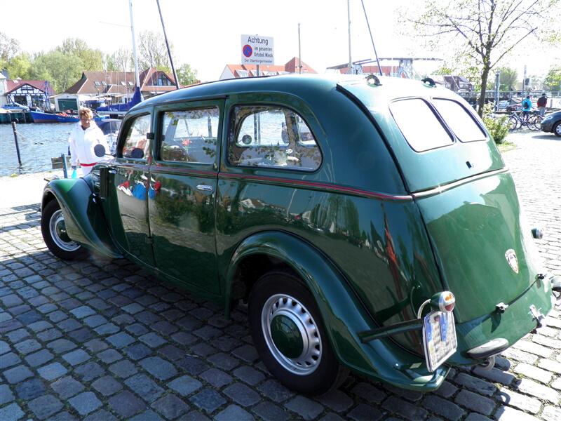 Peugeot 402 *