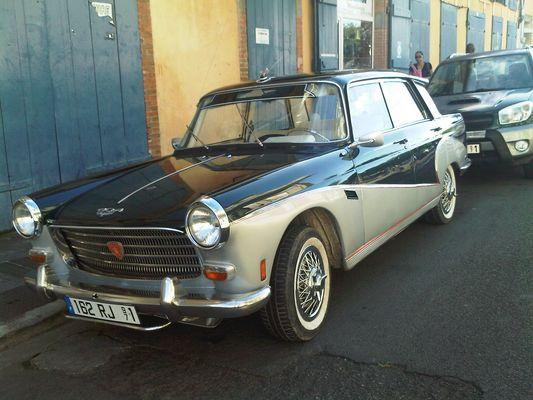 Peugeot 404 Spécial de 1969 dans une rue de Basse-Terre