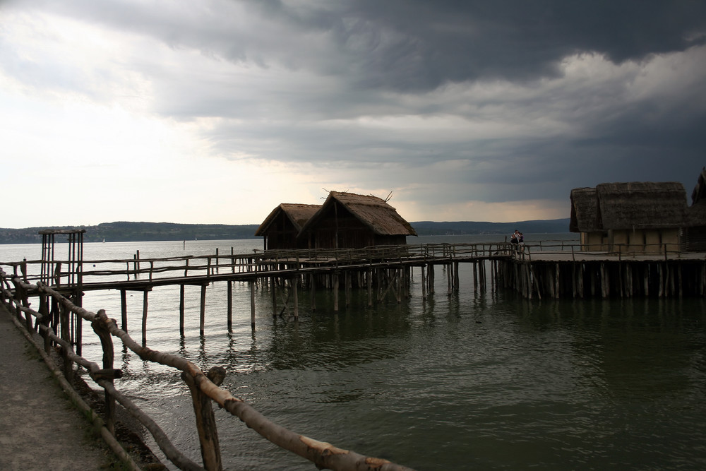 Pfahlbauten am Bodensee kurz vor einem Donnerwetter