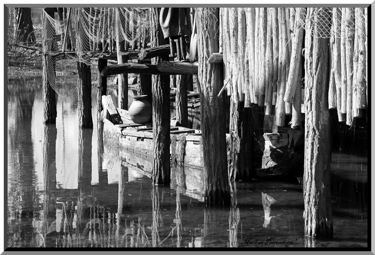 Pfahlhütte mit Kanu