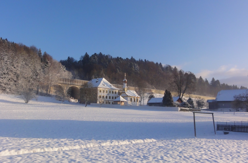 Pfarrhofansicht in Thalgau bei Winterbeginn