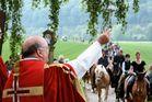Pferde erhalten göttlichen Segen