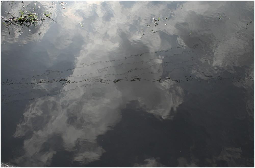 Pfützenwolken mit Stromleitung