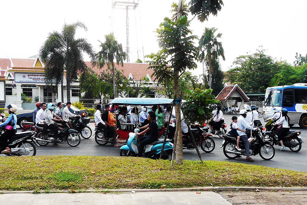 Phnom Penh - Straßenverkehr zur Mittagszeit vor der Universität