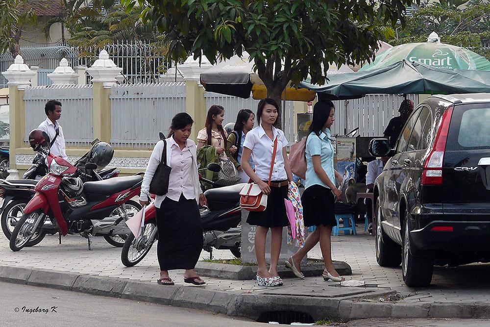 Phnom Penh - Studentinnen vor der Universität