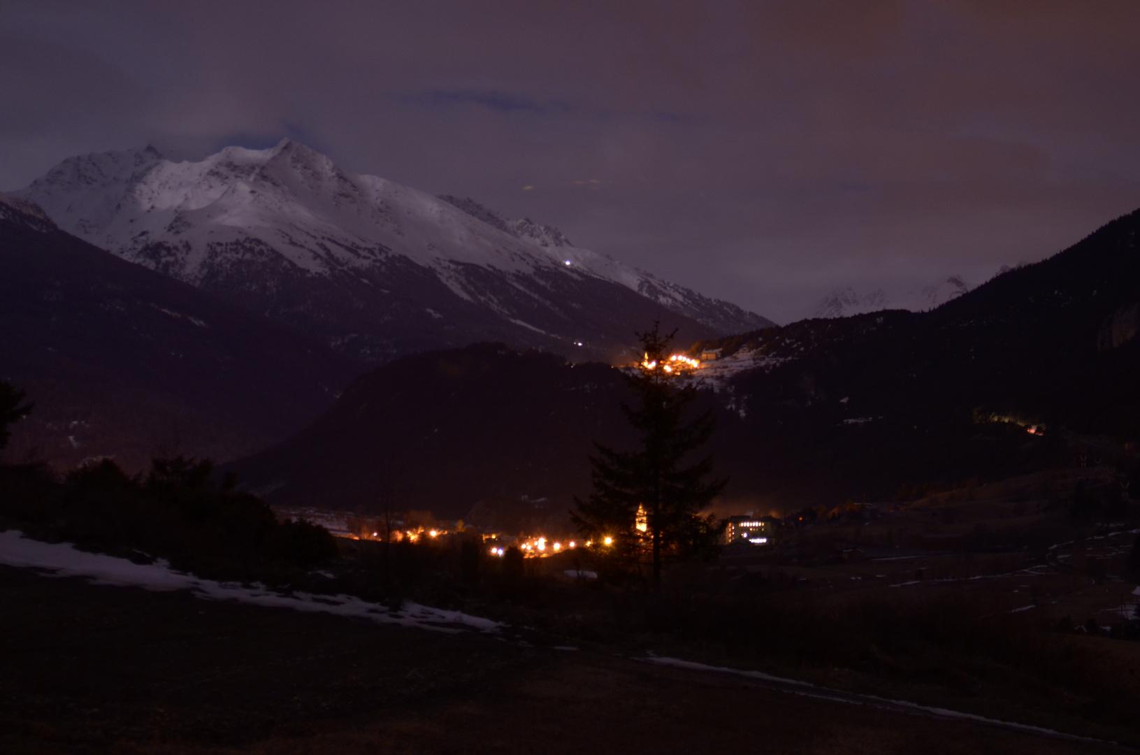 photo d'un village de nuit en montagne a cote de termignion (savoie)