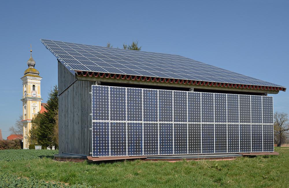 photovoltaik solaranlage auf drehbarem schuppen foto bild industrie und technik. Black Bedroom Furniture Sets. Home Design Ideas