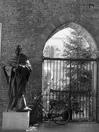 piacenza: statua e bicicletta