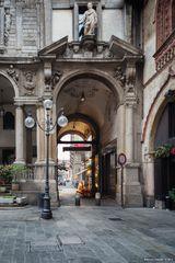 Piazza Mercanti, portico
