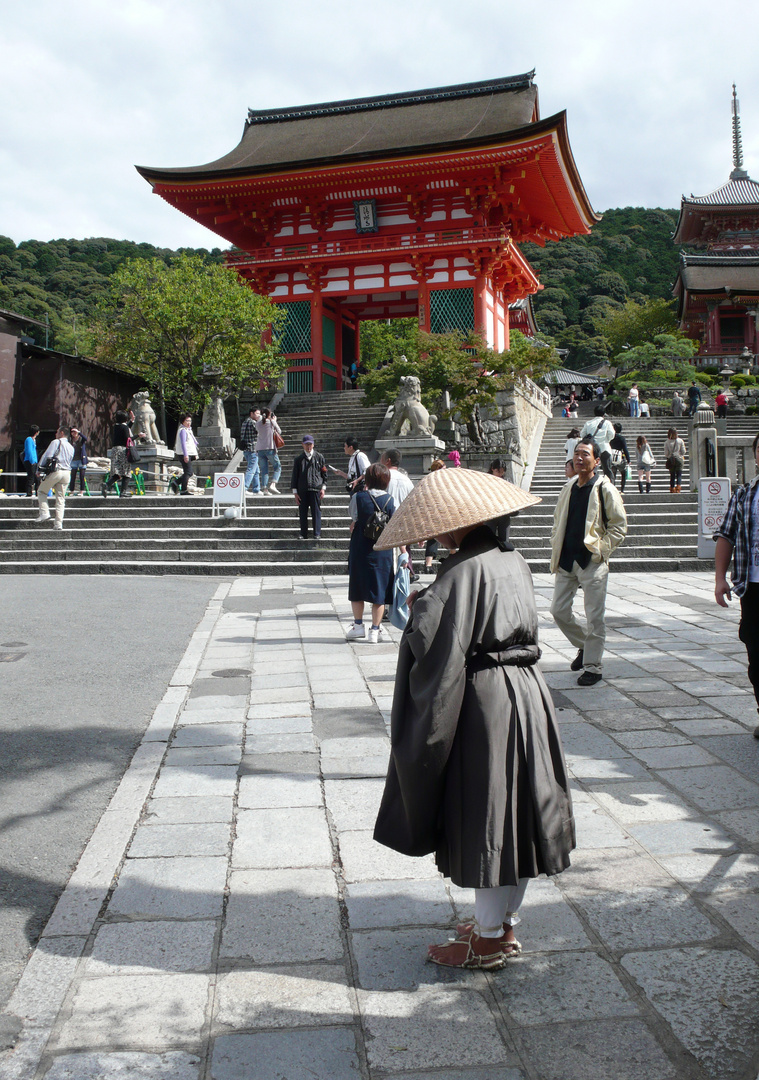Pilger vor dem Kiyomizu-Tempel