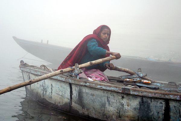 Pilgerin am nebeligen Ganges in Varanasi (Benares)