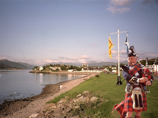 Piper in Kyleakin-Isle of Skye