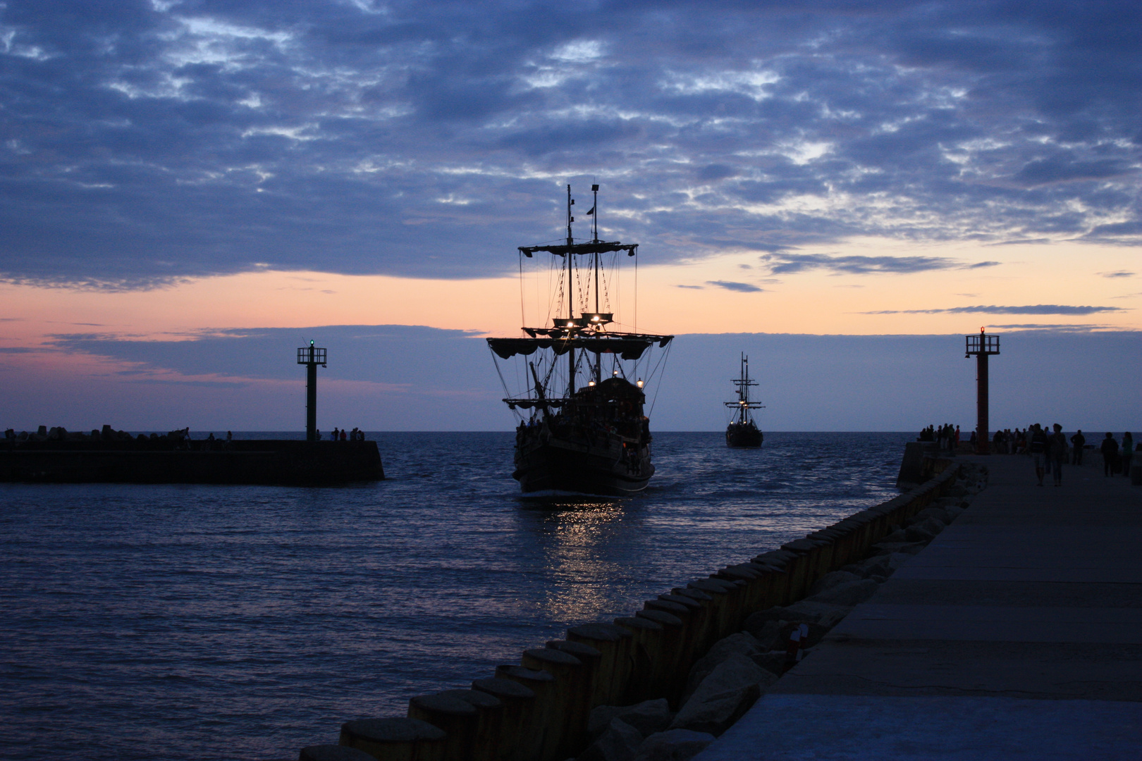 Piratenschiff an der Hafeneinfahrt von Darlowo