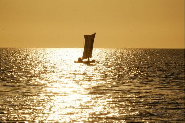 pirogue au coucher de soleil (ifaty) madagascar
