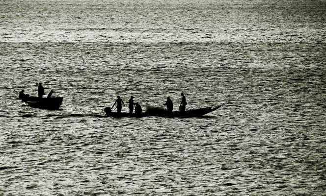 Pirogues de pêche au crépuscule