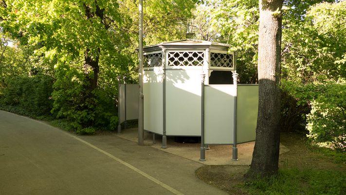Pissoir am Auer-Welsbach-Park, Wien, 15. Bezirk, Fünfhaus