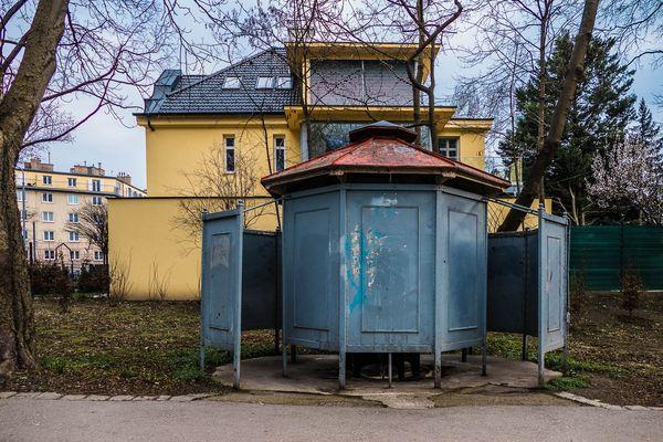 Pissoir am Eingang zum Jedleseer Aupark, 21. Bezirk, Floridsdorf