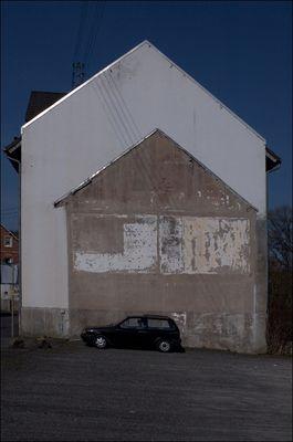 PKW_vor_Umrißhaus_geparkt