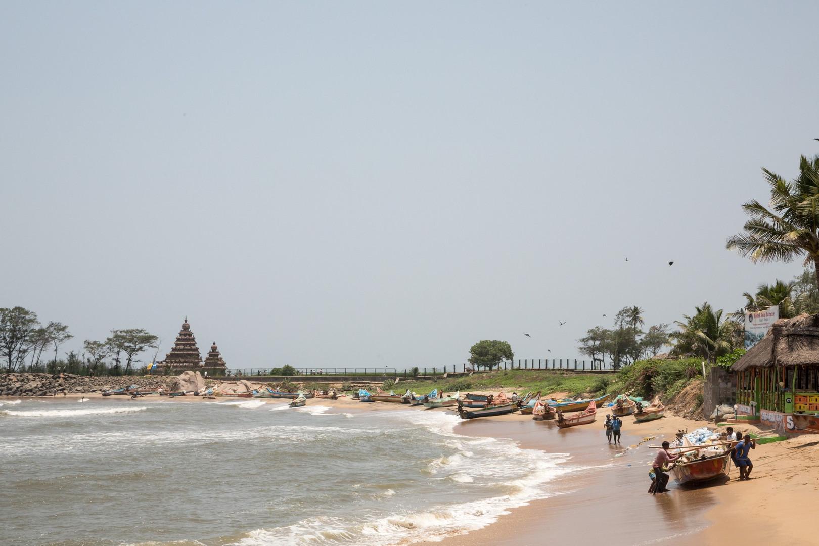 Plage de Mamallapuram, au fond le Temple du Rivage du 8e siècle