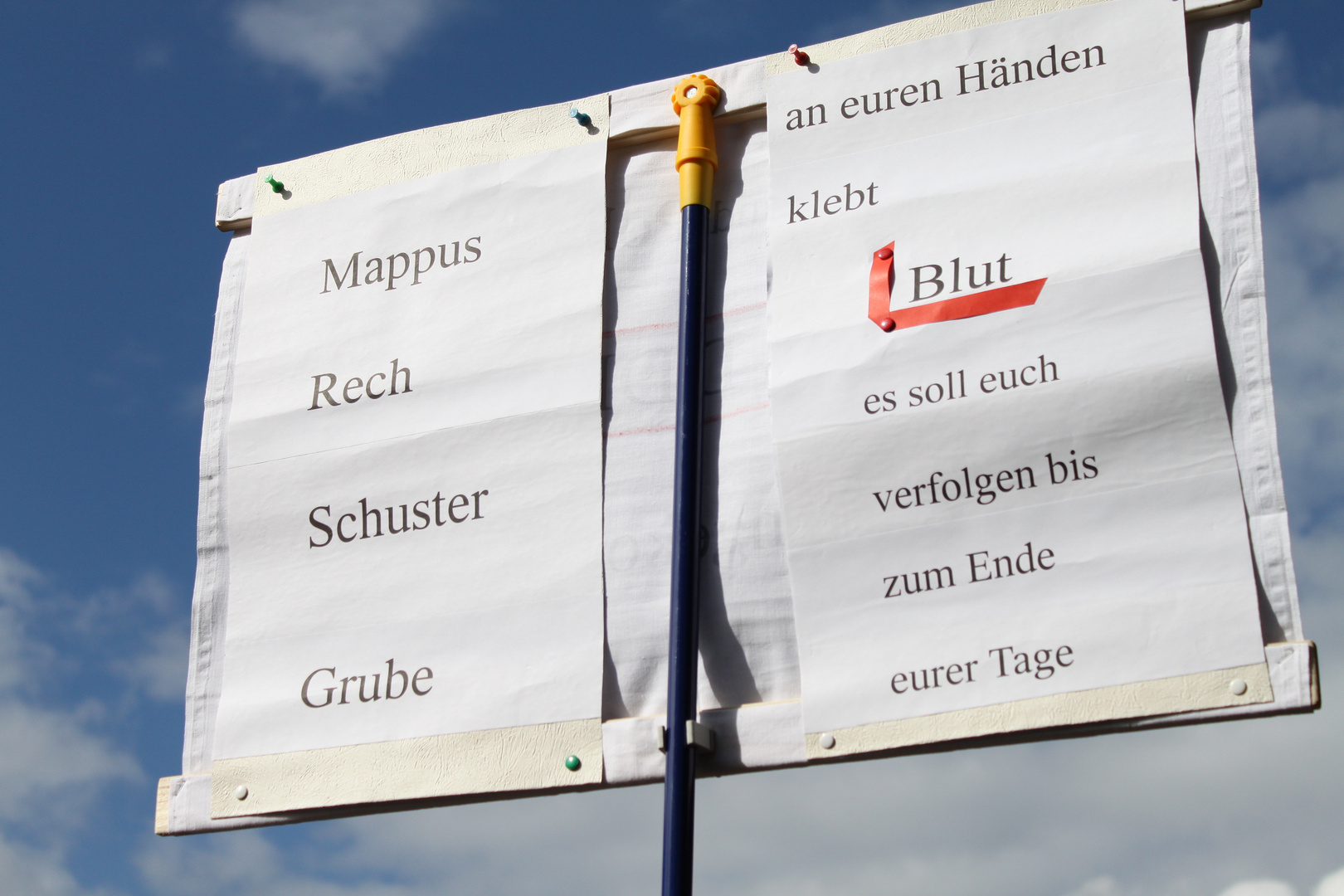 Plakat: Blut klebt ...am Bauzaun im Park in Stuttgart -K21 1.10.2010