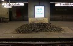 Plakat Flucht Steinhaufen TEXT