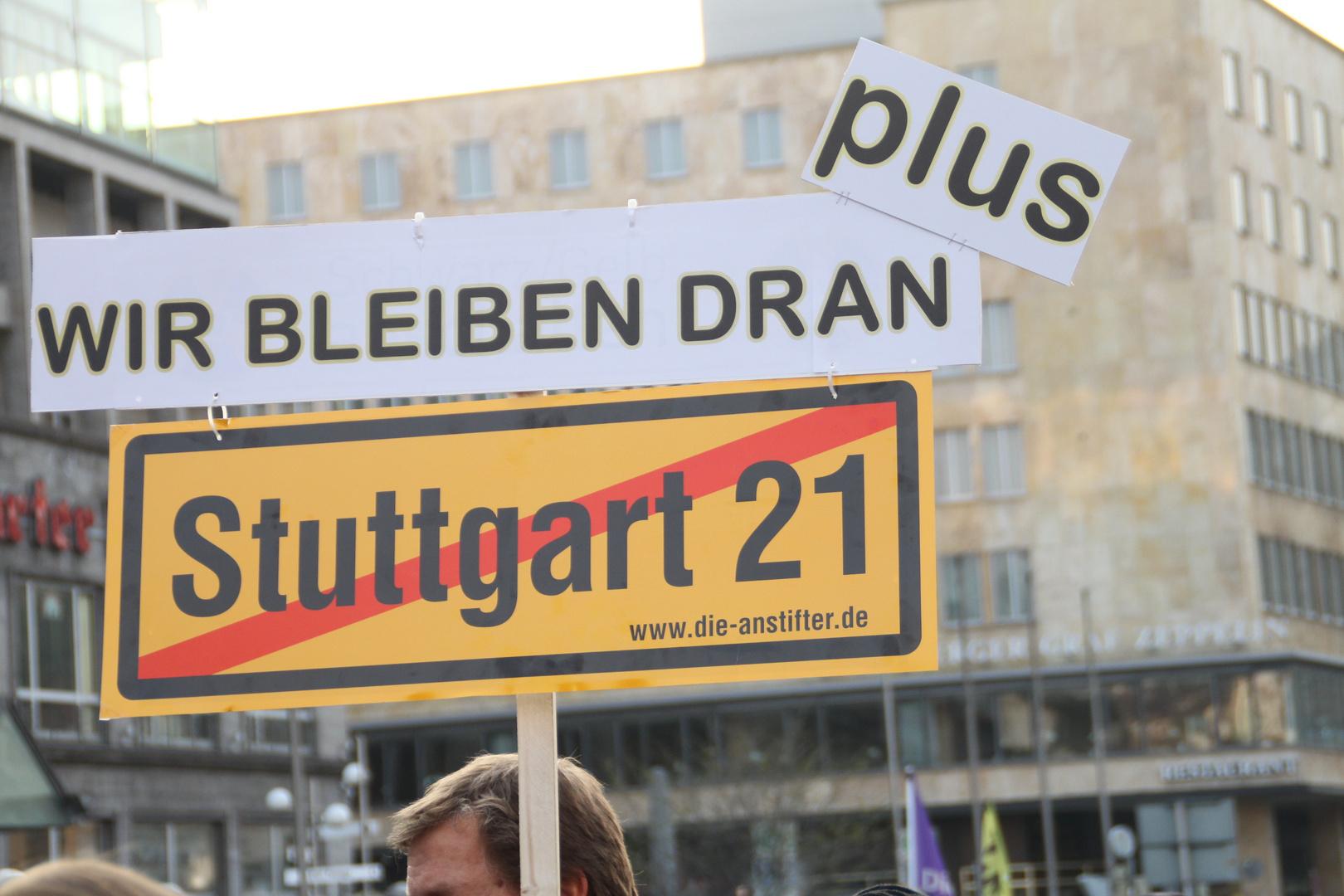 Plakat: Wir bleiben dran - K21 Stuttgart 28.3.11
