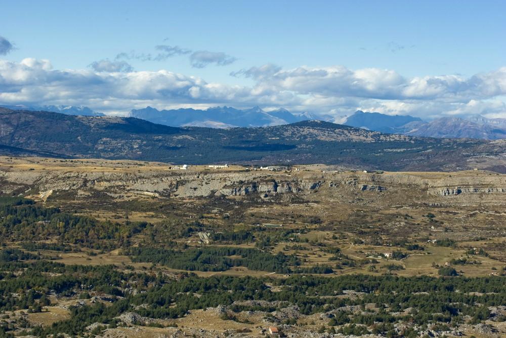 plateau de caussol au dessus de grasse. observation du cerga. et les alpes .