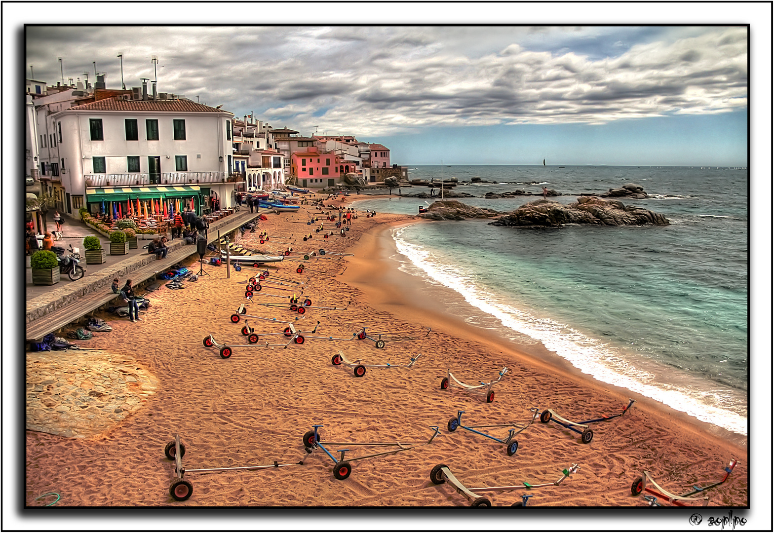 Playa ocupada (Durante la regata, en Calella de Palafrugell-Girona)