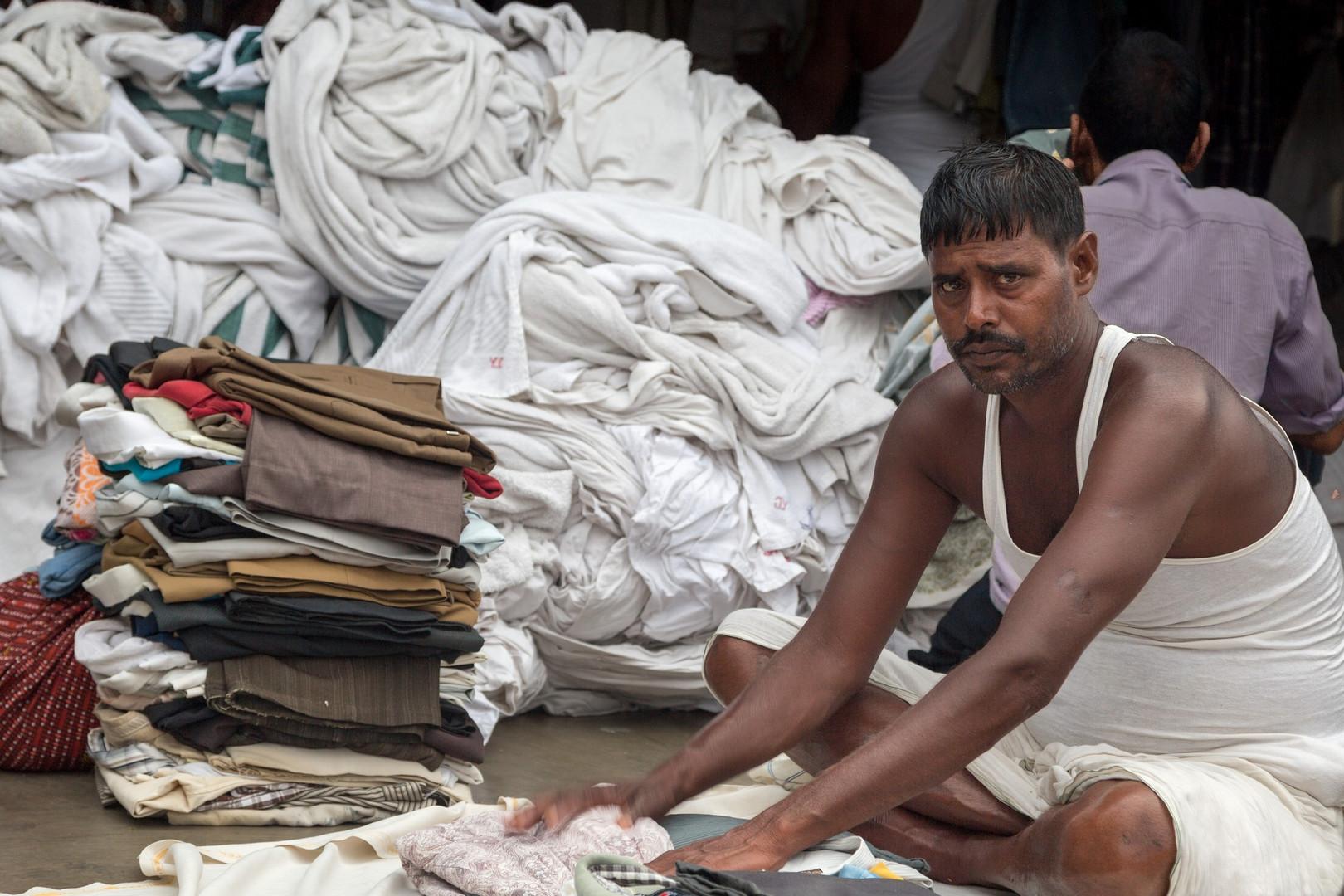 Plieur de linge dans une laverie de Bombay