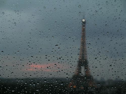 Pluie sur la Tour Eiffel
