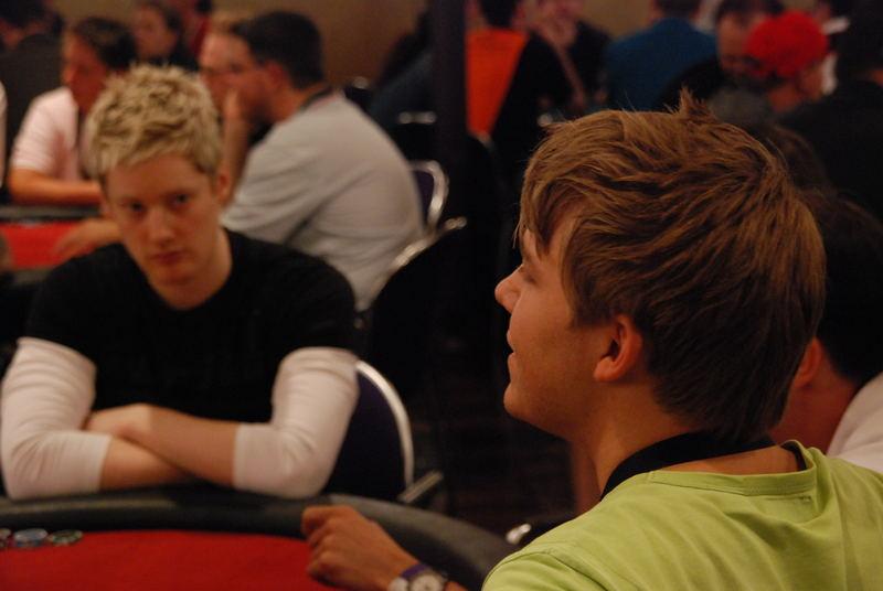 Pokerturnier - Neil Robertson (hintere Person)