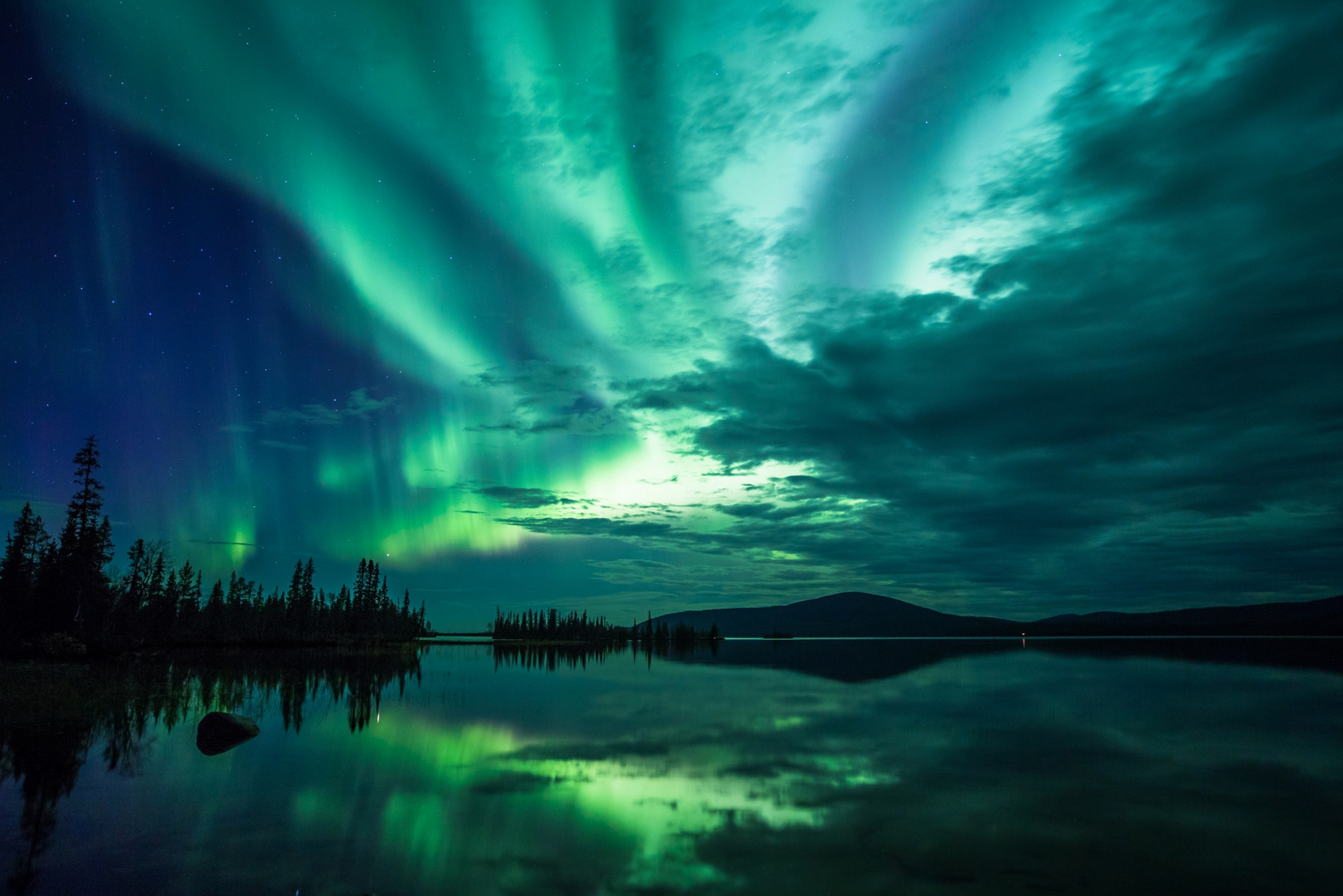 Polarlicht - Spiegelung auf dem Jerisjärvi in Finnland