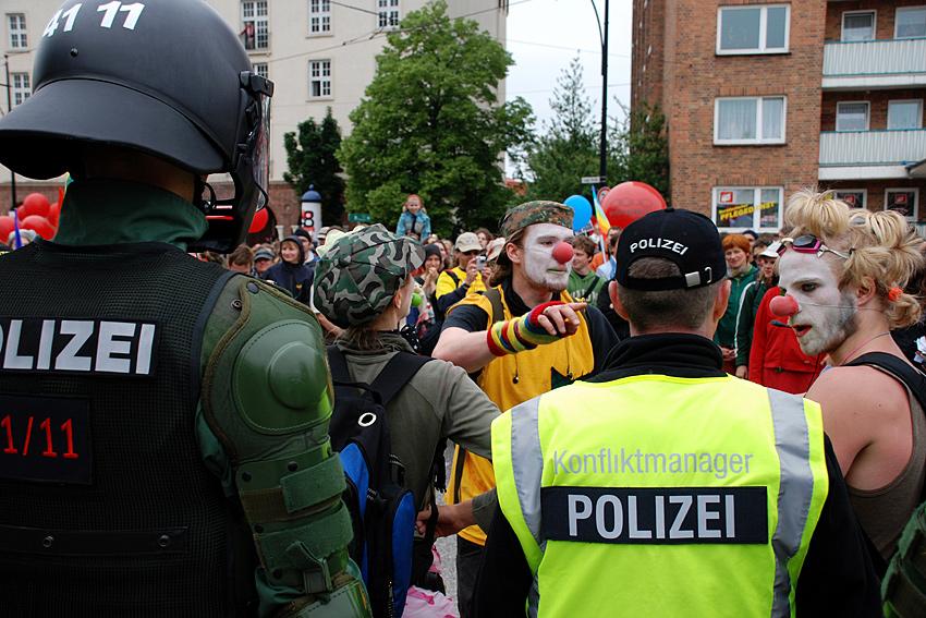 Polizei-Konfliktmanager und Pappnasen