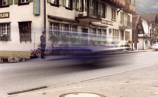 Polizist sieht dem schnellen Auto nach...