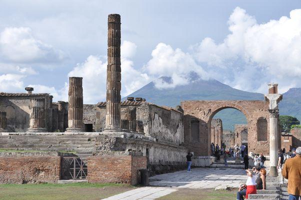 Pompeji: Jupitertempel und Vesuv