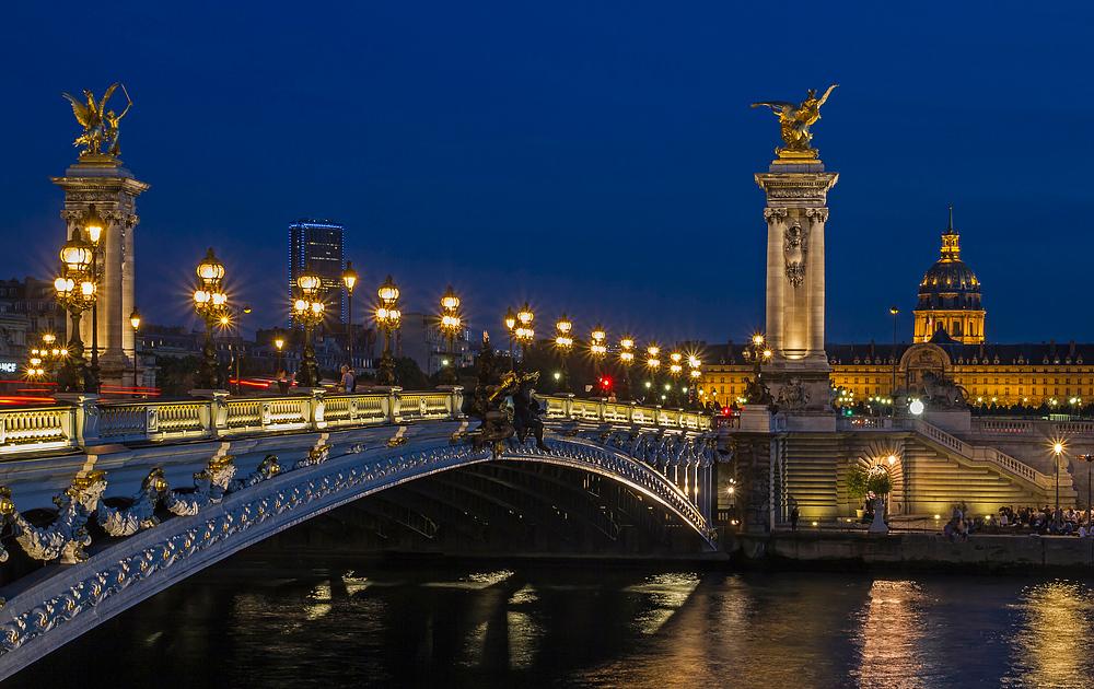 Pont Alexandre III bei Nacht