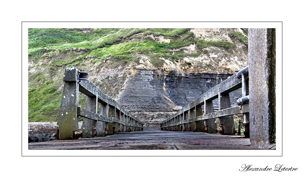 pont au début de la jetée de port en bessin (normandie)