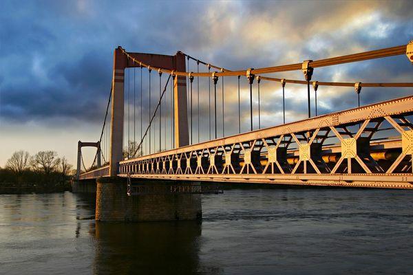 Pont de Cosne sur Loire , un petit Golden Gate bridge