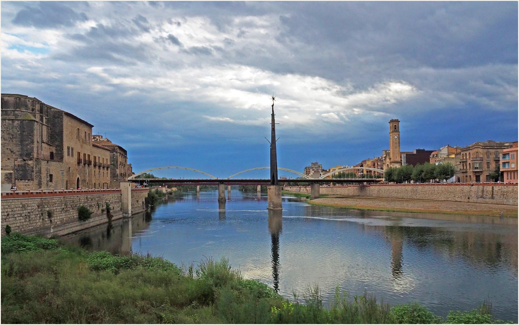 Pont de l'Estat et monument de la bataille de l'Ebre à Tortosa